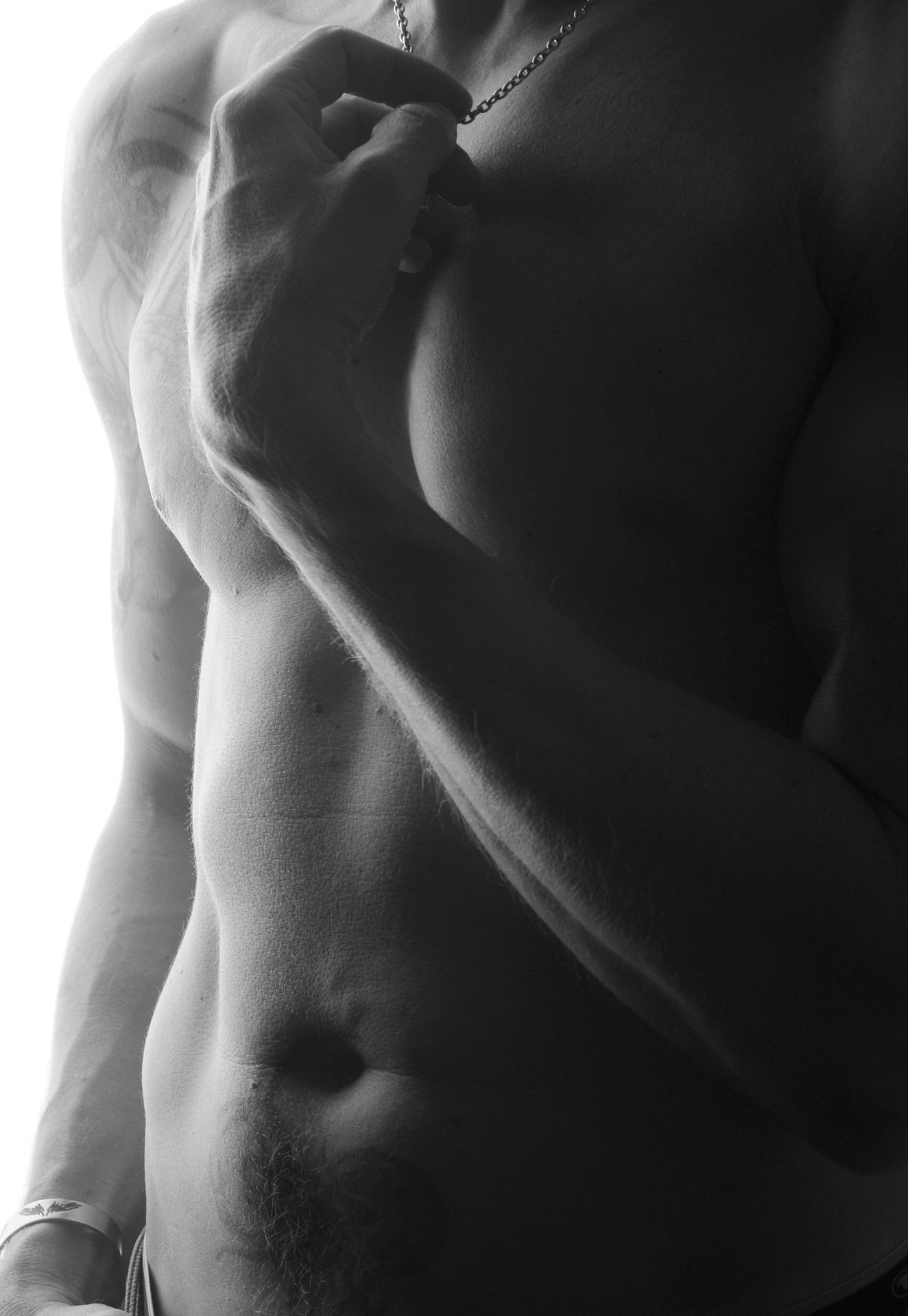 Depilacja torsu i brzucha dla eleganckich mężczyzn