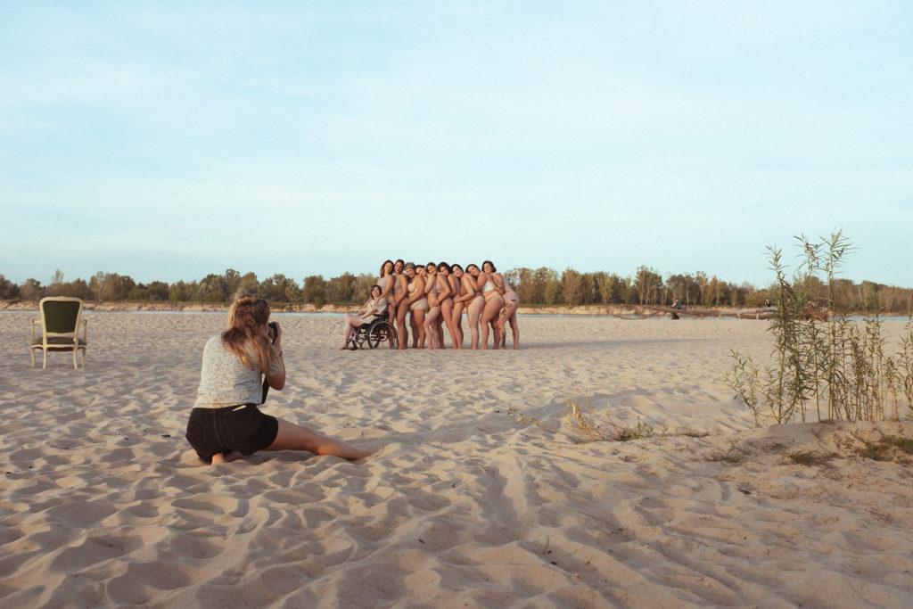 """Sesja body positive z projektu \""""Łączą nas różnice\"""" fot. Radek Skonieczny, produkcja Waxroom."""